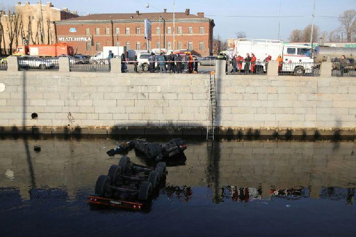 В Обводной канал упал бензовоз (14 фото)