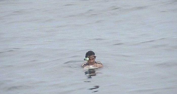 Рыбак двое суток провел в холодной воде на куске пенопласта (8 фото)