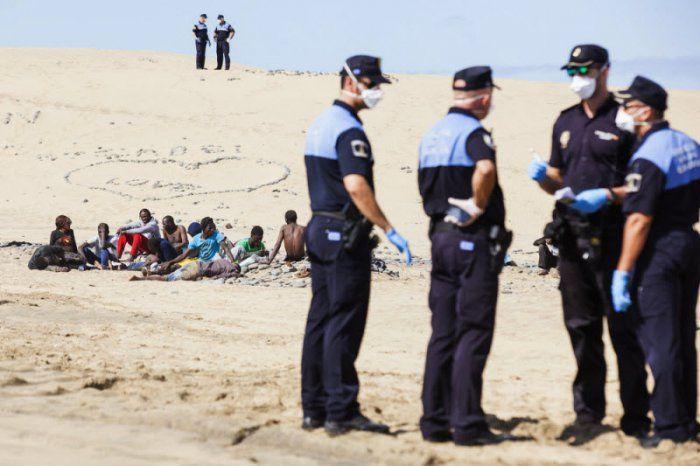 Африканские мигранты вызвали панику на пляже нудистов (10 фото)