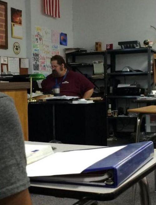Учитель спалился перед классом (3 фото)