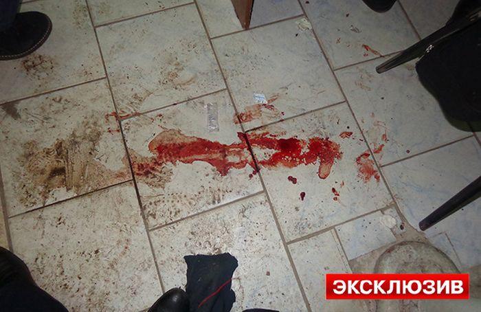 Полицейский, играя с пистолетом, выстрелил себе в ногу (2 фото)