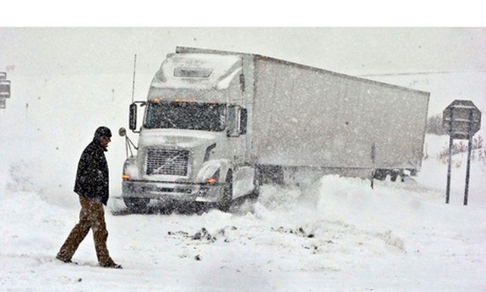 Из-за сильнейшего снегопада в США погибло 8 человек (50 фото)