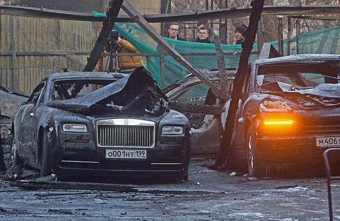 В Москве пожар уничтожил более 10 дорогих иномарок (9 фото)