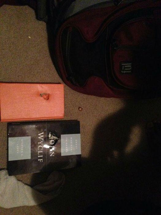Рюкзак с книгами сохранил жизнь студенту (11 фото)