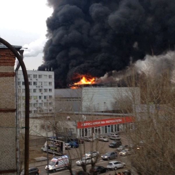 Крупный пожар по улице Перовской в Москве (12 фото + видео)
