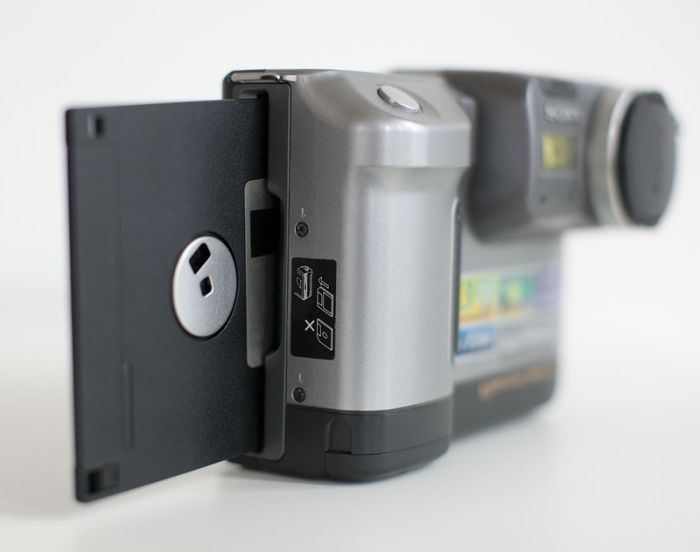 Ранний «цифровик» Sony Mavica на дискетах (7 фото)