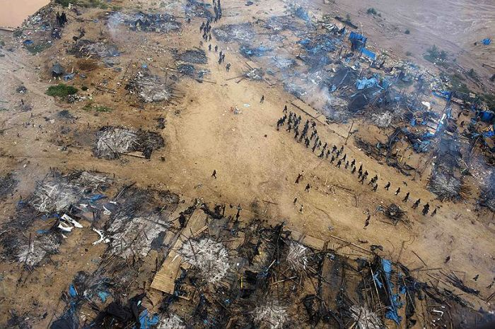 Нелегальный метод добычи золота в Перу (26 фото)
