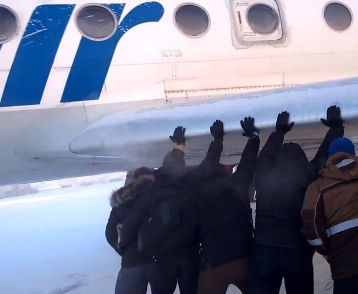 В Сибири пассажиры толкали самолет с замерзшим шасси (4 фото + 2 видео)
