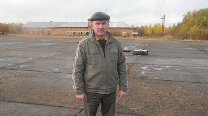 Начальник заброшенного аэродрома спас пассажиров самолета (2 фото + текст)