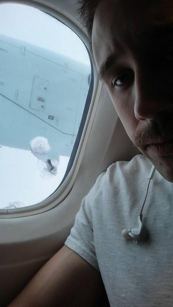 Неординарный случай во время полета на самолете (3 фото)