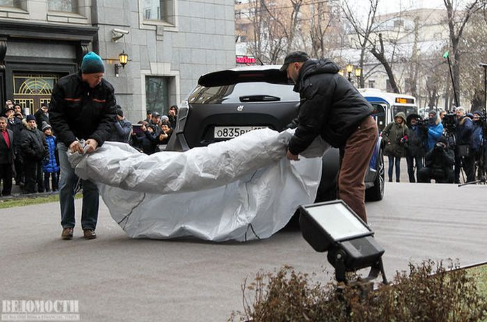 Жириновский получил от Прохорова «ё-мобиль» (16 фото)