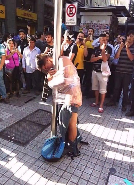 Чилийцы устроили самосуд над грабителем пенсионерки (2 фото)