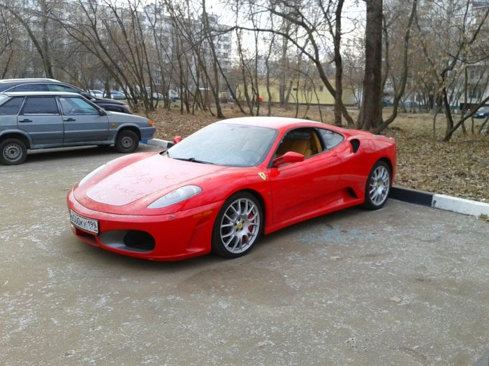 Забытый хозяином суперкар Ferrari пылится в московском дворе (15 фото)