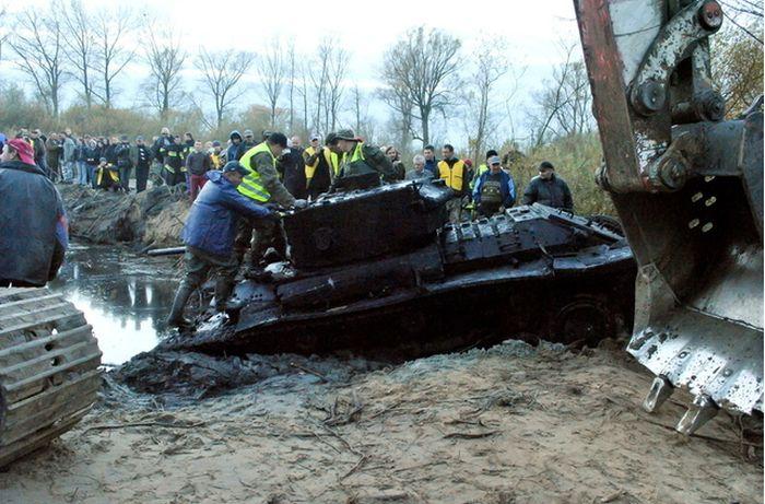 Танк пробыл в польской реке 70 лет (10 фото)
