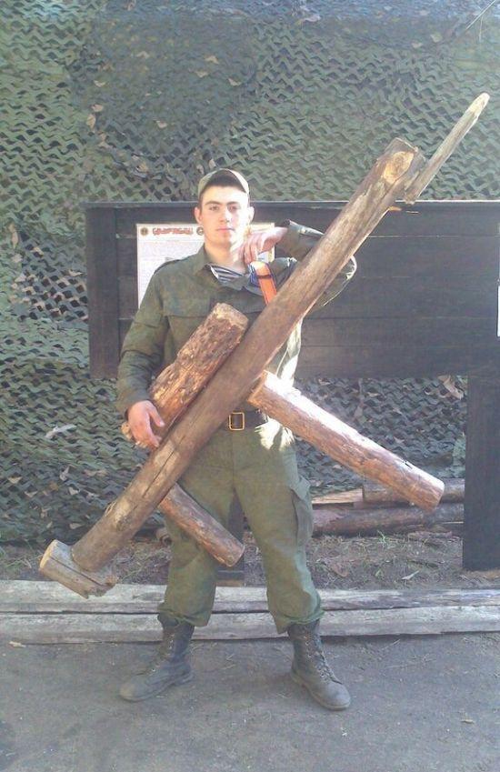Наказание солдата за потерю автомата (2 фото)