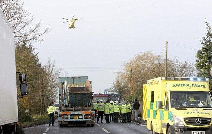 Женщина, зажатая в искореженной машине между двумя грузовиками, выжила (4 фото)