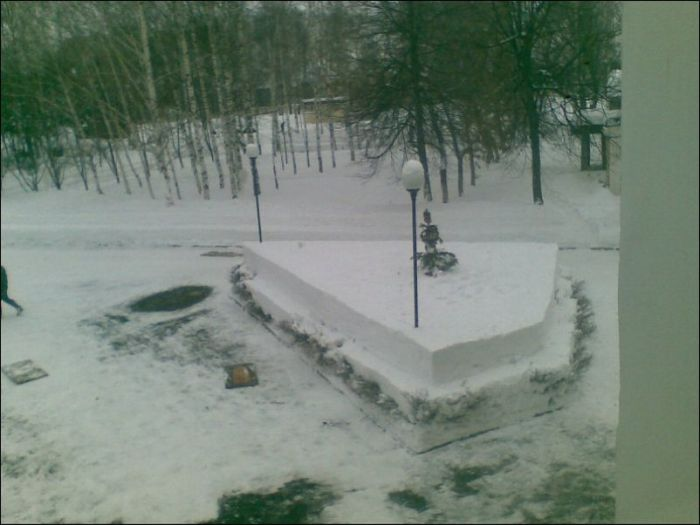 Оригинальное зимнее украшение воинских частей и городских улиц (15 фото)