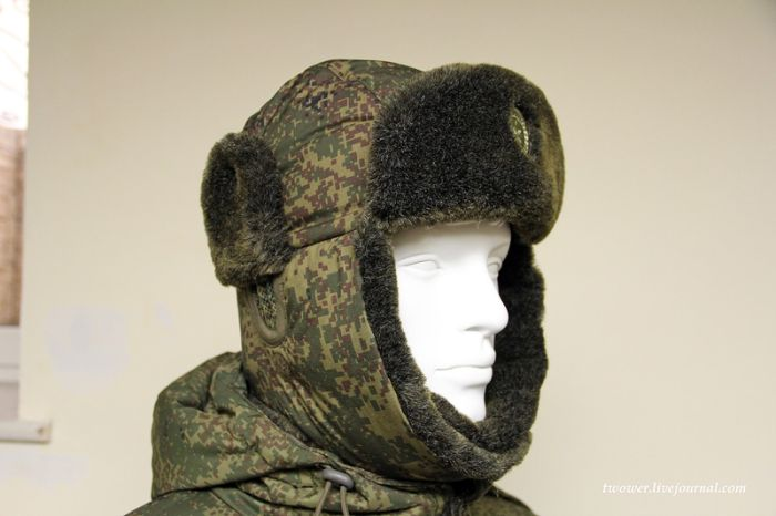 Солдаты изучают возможности ношения новой шапки-ушанки (8 фото)