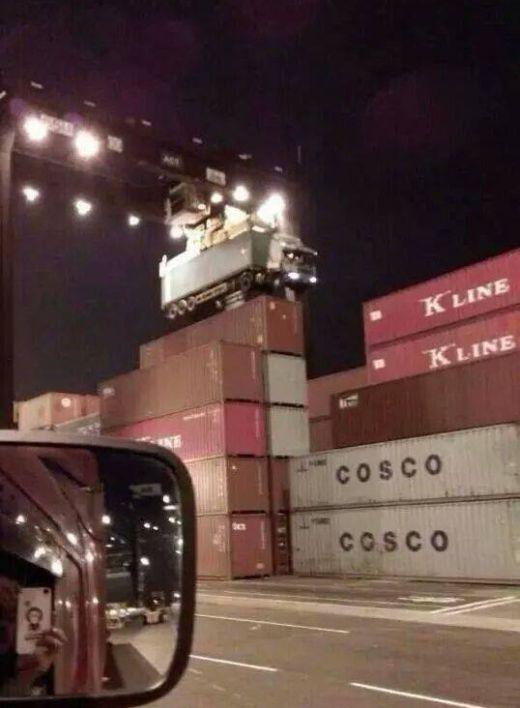 Что бывает, когда водитель тягача забывает отцепить контейнер (2 фото)