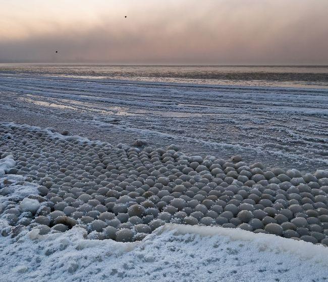 Удивительное природное явление на берегу Финского залива (4 фото)