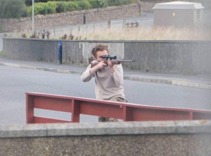 В Великобритании копы сохранили жизнь вооруженному подростку (3 фото)
