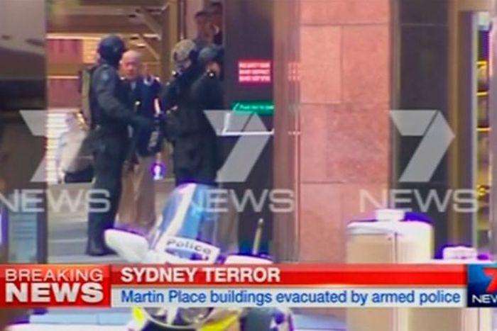 В центре Сиднея террорист более 16 часов удерживал заложников (35 фото + видео)