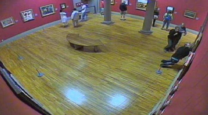 Мужчина намеренно повредил картину Моне, за что получил 6 лет тюрьмы (3 фото)