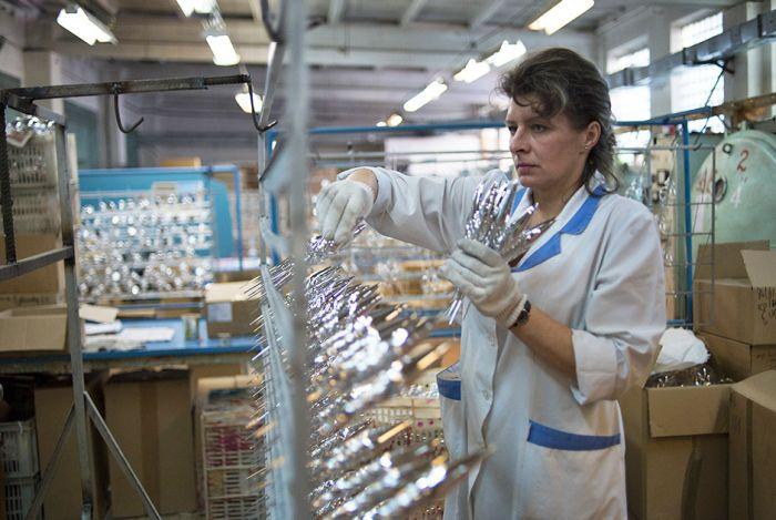 Фоторепортаж с отечественной фабрики елочных игрушек (21 фото)