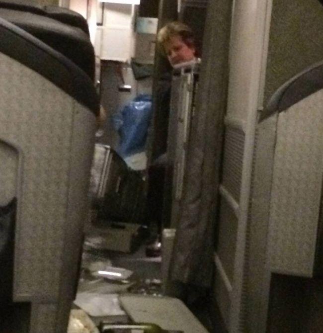 Пассажиры самолета компании American Airlines стали жертвами турбулентности (8 фото + видео)