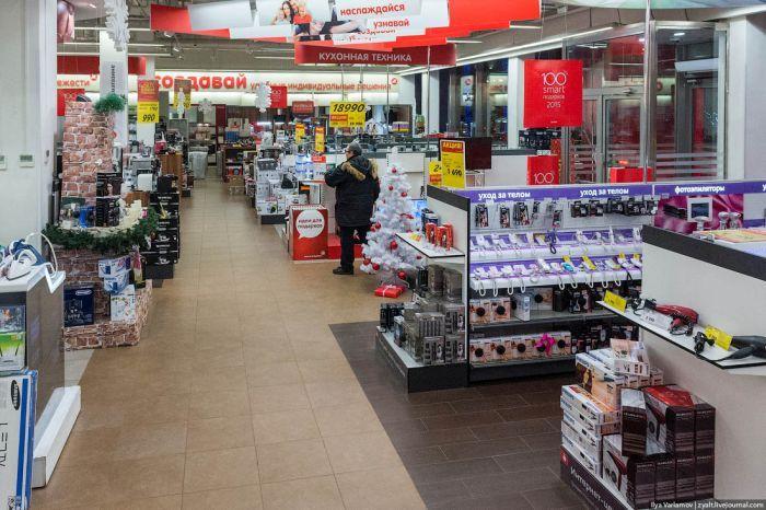Ажиотаж утих, и в магазинах остались пустые полки (23 фото)