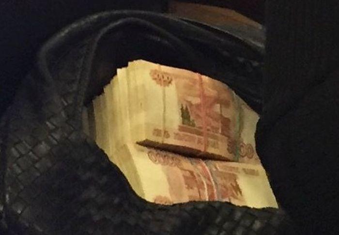 В администрации президента сфотографирована сумка с деньгами (3 фото)