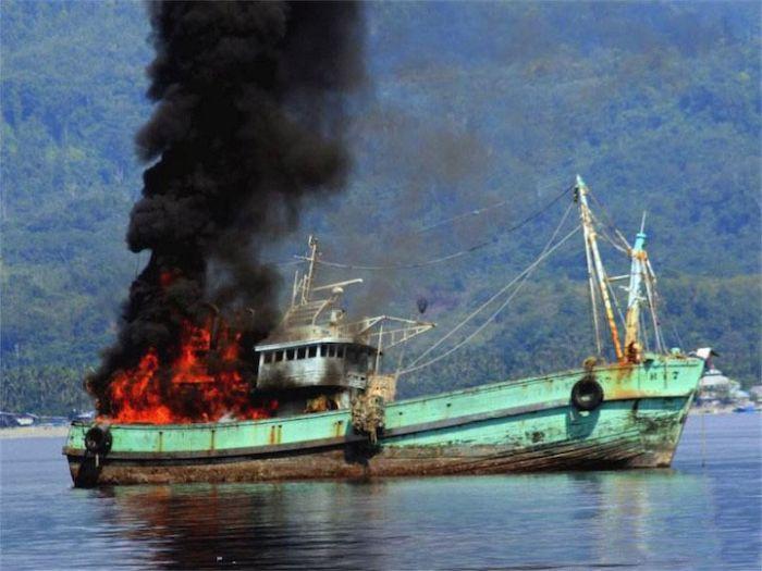 Наказание нелегальных рыбаков по-индонезийски (3 фото)