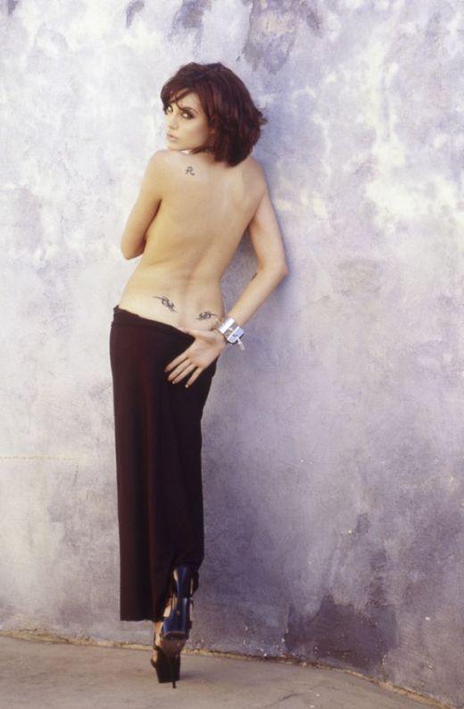 В сети появились ранние фото Анджелины Джоли топлес (6 фото)