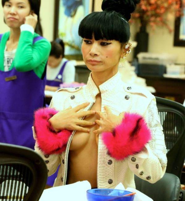 Актриса Бай Лин выбрала очень откровенный наряд для похода в салон красоты (11 фото)