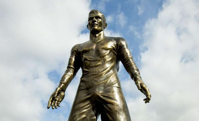 Скульптуру Криштиану Роналду «одели» в сильно обтягивающие шорты (5 фото)