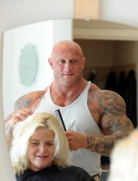 Женский парикмахер и бодибилдер в одном лице (10 фото)