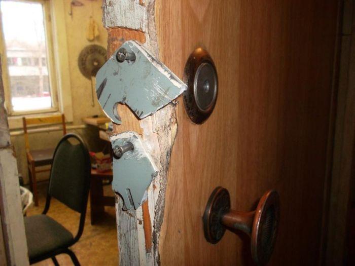 Используя элемент декора интерьера, воры проникли в мастерскую художника (3 фото)