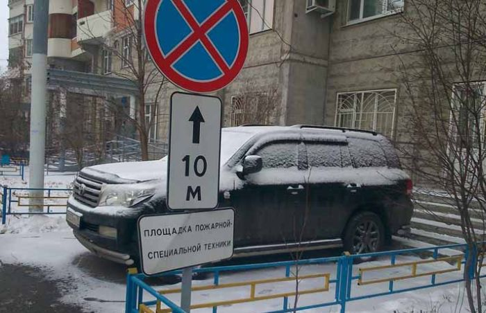 Владелец дорогой иномарки нашел место для парковки (3 фото)