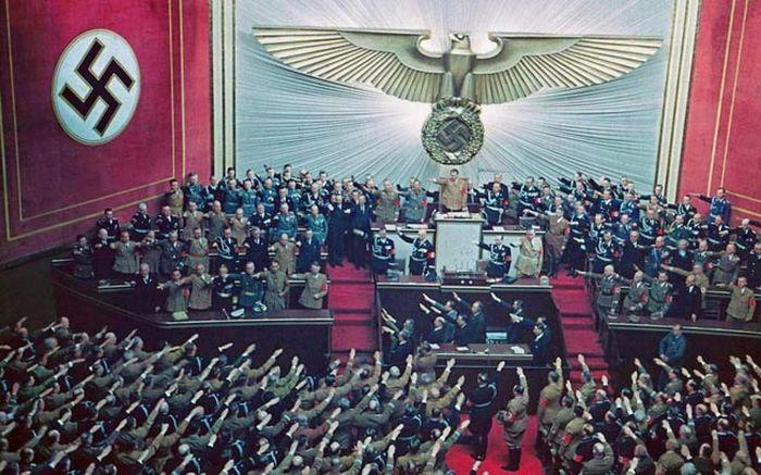 Аплодисменты и овации Гитлеру после успешной аннексии Австрии, 1938