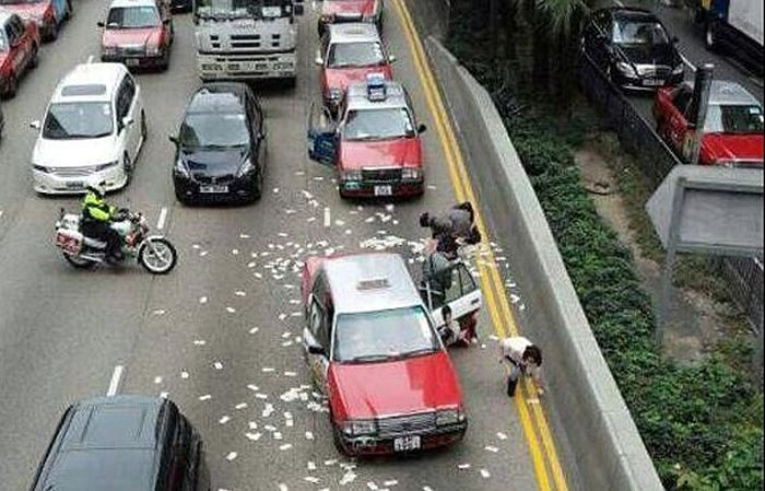 Рассыпанные на дороге 2 млн долларов стали причиной пробки в Гонконге (5 фото + видео)
