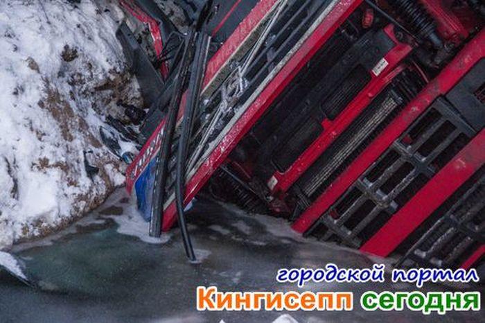 В Ленобласти автовоз опрокинул шесть новеньких кроссоверов (20 фото)