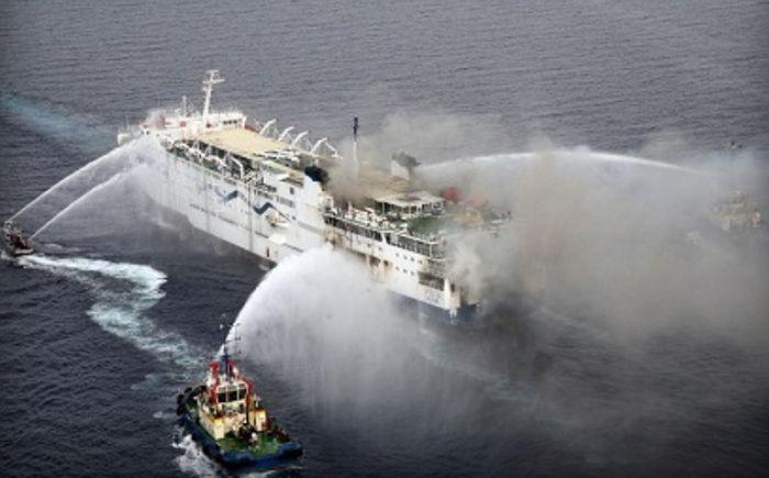 В Адриатическом море спасают пассажиров горящего парома (7 фото + видео)