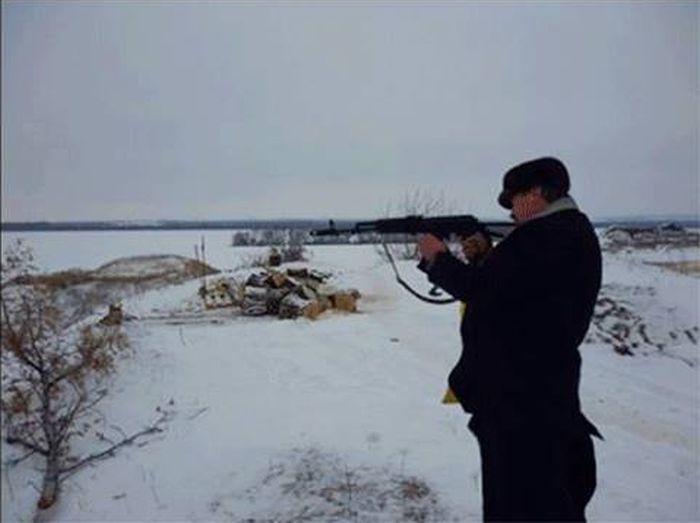 На Донбассе украинский священник делает селфи с оружием в руках (6 фото)