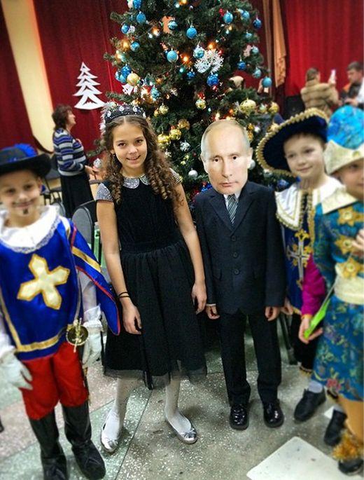 Школьник пришел на новогодний утренник в весьма необычном костюме (4 фото + видео)