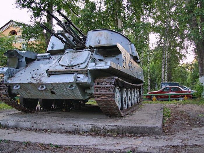 Детская площадка стала местом стоянки военной техники (3 фото)