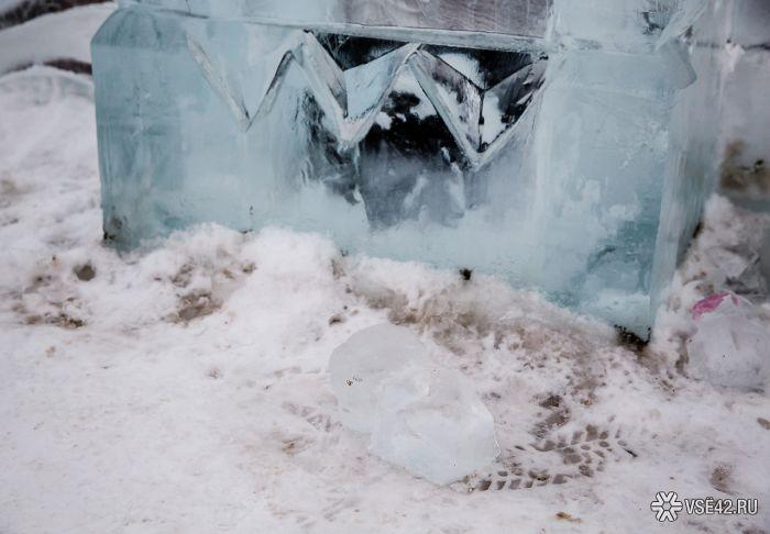 Из-за аномально теплой погоды в Кемерово закрыли ледовый городок (22 фото)