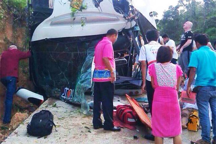 Автобус с российскими туристами перевернулся в Таиланде (8 фото)