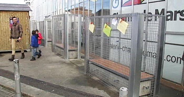 Странное решение вопроса о бездомных во Франции (5 фото)