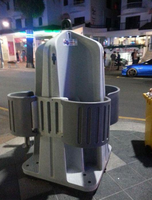 Необычный уличный мужской туалет (2 фото)