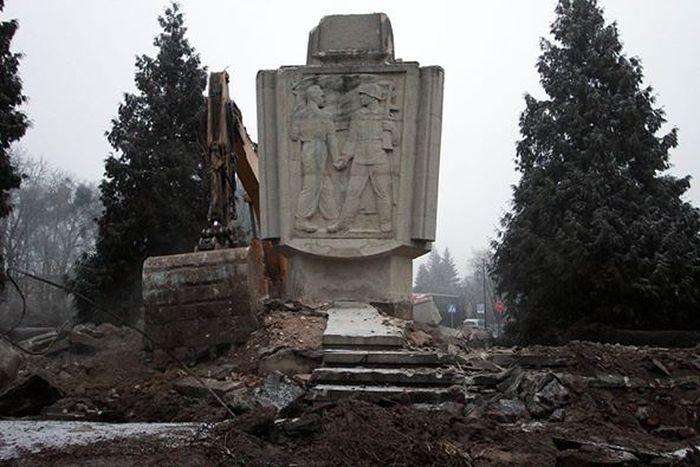 Поляки снесли памятник Благодарности и Братства (10 фото)